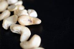 Acajounüsse auf einem dunklen Hintergrund Stockfotografie