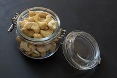 Acajounüsse in einem Glas auf dem hölzernen Hintergrund Stockfotografie