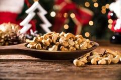 Acajounüsse in einer Schüssel auf dem Brett mit unscharfem Weihnachtshintergrund Lizenzfreies Stockfoto