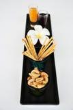 Acajounüsse im grünen Glas und im Snack Stockbild