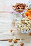 Acajounüsse, Mandeln und getrocknete Aprikosen in einer Schüssel Lizenzfreie Stockfotografie