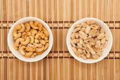 Acajounüsse und Erdnüsse Stockbilder