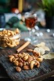 Acajounüsse, Walnüsse und Mandeln mit Whisky auf hölzernem backgrou Stockfotos