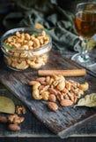 Acajounüsse, Walnüsse und Mandeln mit Whisky auf hölzernem backgrou Stockbild