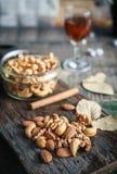 Acajounüsse, Walnüsse und Mandeln mit Whisky auf hölzernem backgrou Stockbilder