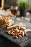 Acajounüsse, Walnüsse und Mandeln mit Whisky auf hölzernem backgrou Lizenzfreie Stockbilder
