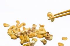 Acajounuss auf Ess-Stäbchen Stockbilder