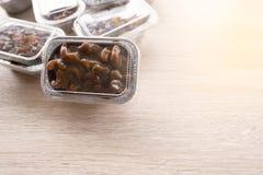 Acajounuss-Toffeekuchen im Folienschalenpaket Lizenzfreie Stockbilder