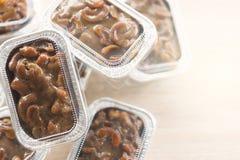 Acajounuss-Toffeekuchen im Folienschalenpaket Lizenzfreie Stockfotografie