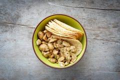 Acajounuss und Kartoffelplatte in der Schale Stockfotos