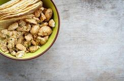 Acajounuss und Kartoffelplatte in der Schale Stockfoto