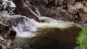 Acalmando-se, acalme a cachoeira durante setembro em Escócia As águas da vida Quedas de Buar filme