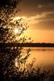 Acalme o lago no crepúsculo Fotos de Stock
