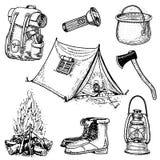 Acampada, aventura al aire libre, caminando Sistema de equipo del turismo mano grabada dibujada en el viejo bosquejo, estilo del  stock de ilustración