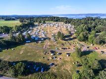 Acampamento aberto e agradável na cidade de Oslo O distrito de Ekeberg, Noruega Vista aérea, acima do ponto com as barracas no pr imagem de stock royalty free