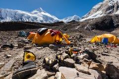 Acampamento base abaixo da montanha de Manaslu nas montanhas de Nepal fotos de stock