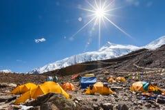 Acampamento base abaixo da montanha de Manaslu nas montanhas de Nepal fotos de stock royalty free