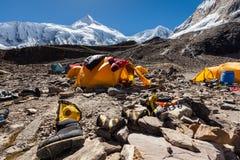 Acampamento base abaixo da montanha de Manaslu nas montanhas de Nepal fotografia de stock