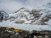 Acampamento base de Everest, Nepal - 14 de abril de 1018: A maneira ao acampamento base de Everest que cerca com neve tampou mont fotografia de stock