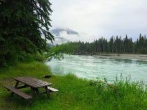 Acampamento calmo desolado nos roubos próximos da montagem do Rio Fraser imagem de stock