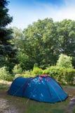 Acampamento com a barraca na natureza Foto de Stock