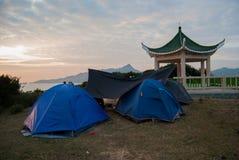 Acampamento com brilho do nascer do sol Imagem de Stock