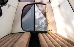 Acampamento com uma grande barraca de acampamento com colchões infláveis imagem de stock