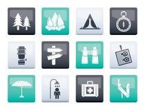 Acampamento, curso e ícones do turismo sobre o co sobre o fundo do backgroundlor da cor foto de stock royalty free