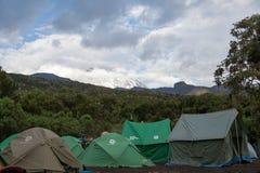 Acampamento da barraca dos montanhistas de montanha no acampamento de Machame imagem de stock