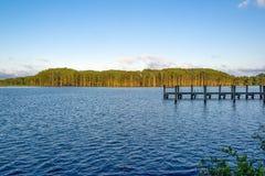 Acampamento da pesca no pôr do sol imagens de stock royalty free