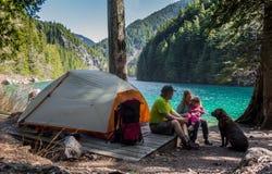 Acampamento da região selvagem da família Foto de Stock Royalty Free