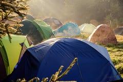 Acampamento das barracas do turista Fotos de Stock Royalty Free