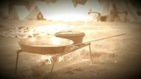 Acampamento de la tienda de la guerra civil y fuego el cocinar (versión de la cantidad del archivo) almacen de metraje de vídeo