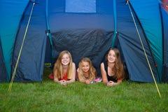 Acampamento de três meninas imagens de stock