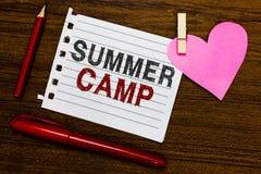 Acampamento de verão do texto da escrita da palavra Conceito do negócio para o programa supervisionado para crianças e adolescent fotografia de stock