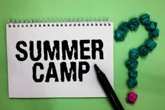 Acampamento de verão do texto da escrita da palavra Conceito do negócio para o programa supervisionado para crianças e adolescent imagens de stock