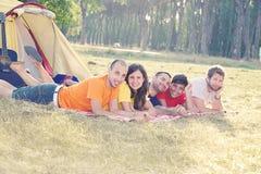 Acampamento do grupo de pessoas fotografia de stock