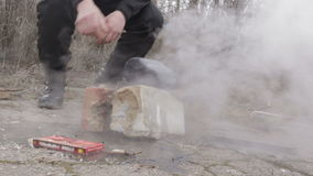 Acampamento do jogador, cozinhando em um fogo, homem que aquece suas mãos sobre um fogo HD video estoque