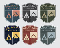Acampamento do logotipo do crachá com rocha e barraca Estilo do vintage, cores diferentes Imagens de Stock