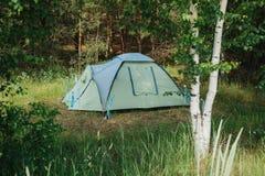 Acampamento do turista nas madeiras acampar fotografia de stock royalty free