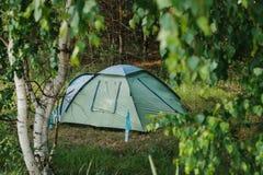 Acampamento do turista nas madeiras acampar foto de stock