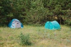 Acampamento do turista nas madeiras acampar imagens de stock royalty free
