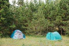 Acampamento do turista nas madeiras acampar foto de stock royalty free