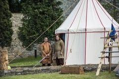 Acampamento e cavaleiros medievais Imagem de Stock