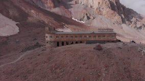 Acampamento e estação meteorológica nas montanhas grandes filme