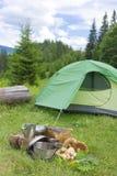 Acampamento em uma área montanhosa com cozimento do equipamento Foto de Stock Royalty Free