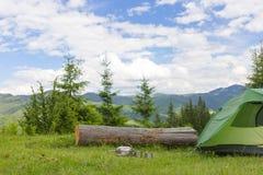 Acampamento em uma área montanhosa com cozimento do equipamento Fotos de Stock Royalty Free