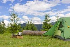 Acampamento em uma área montanhosa com cozimento do equipamento Imagem de Stock