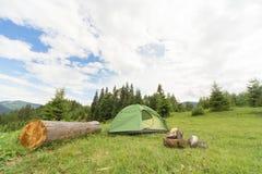 Acampamento em uma área montanhosa com cozimento do equipamento Fotografia de Stock Royalty Free