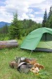 Acampamento em uma área montanhosa com cozimento do equipamento Imagens de Stock